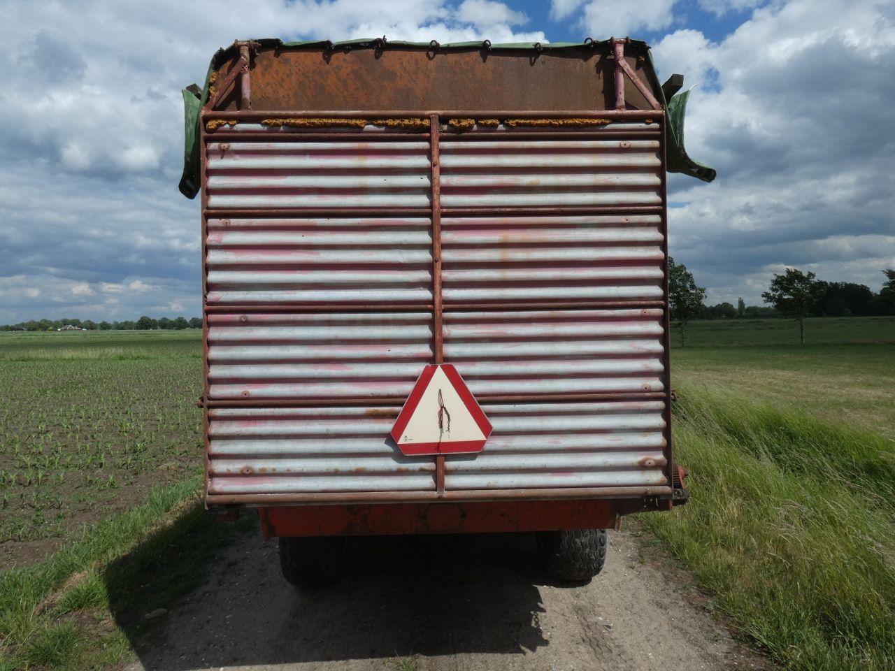 PZ maishakselaar (MH80S) met een KRONE zelflossende wagen
