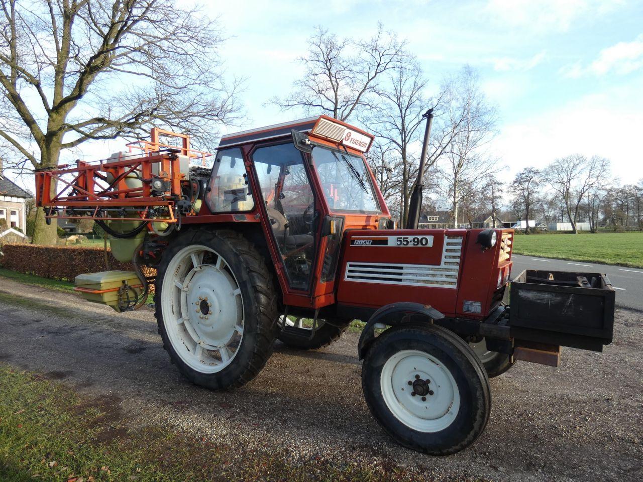 FIAT tractor (type 55-90) met DOUVEN veldspuit (16,5 meter)