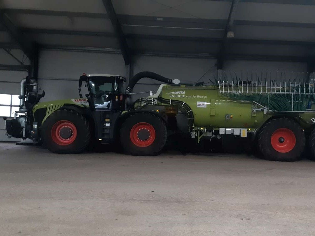 Claas Xerion 5000 Trac + Stapel SH30 + Front-Dock